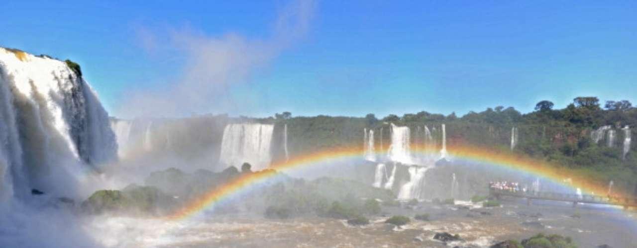 Los dos países están conectados a través de un río bajo el puente de las cataratas. Para obtener más información, visite la página web de turismo de Argentina.