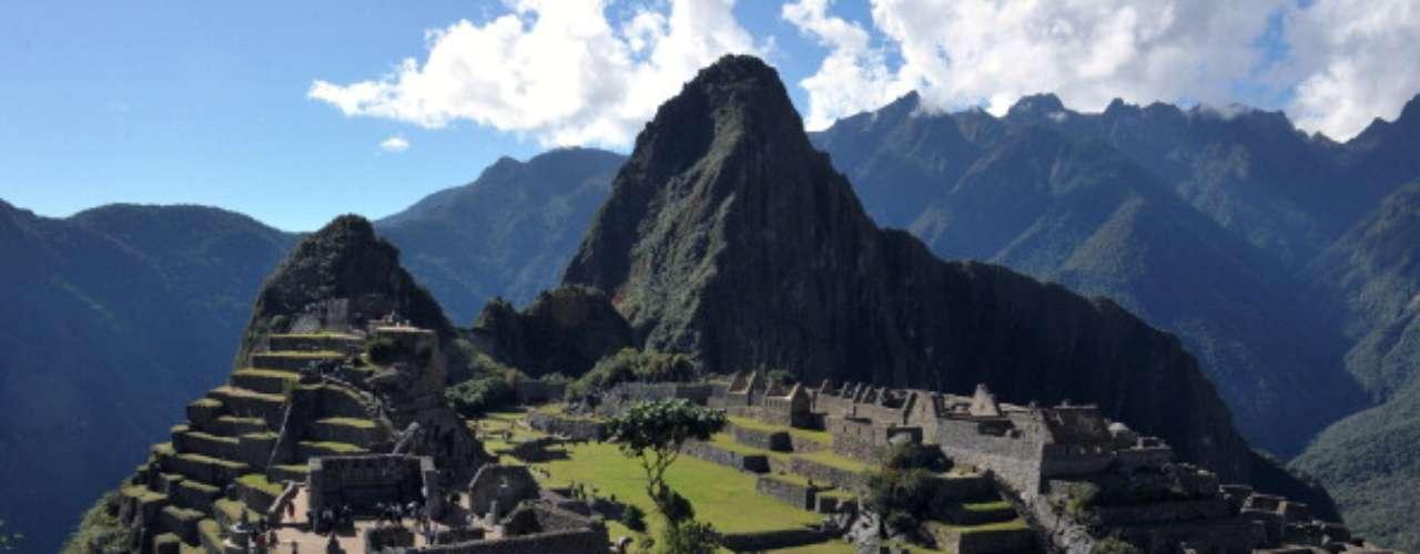 Machu Picchu, Perú Si le gusta caminar, varios paseos de varios días le llevarán por distintas rutas a Machu Picchu, pero también es posible tomar un tren desde Cusco a Aguas Calientes, y subir un tramo de escaleras, o subir en autobús hasta el sitio.