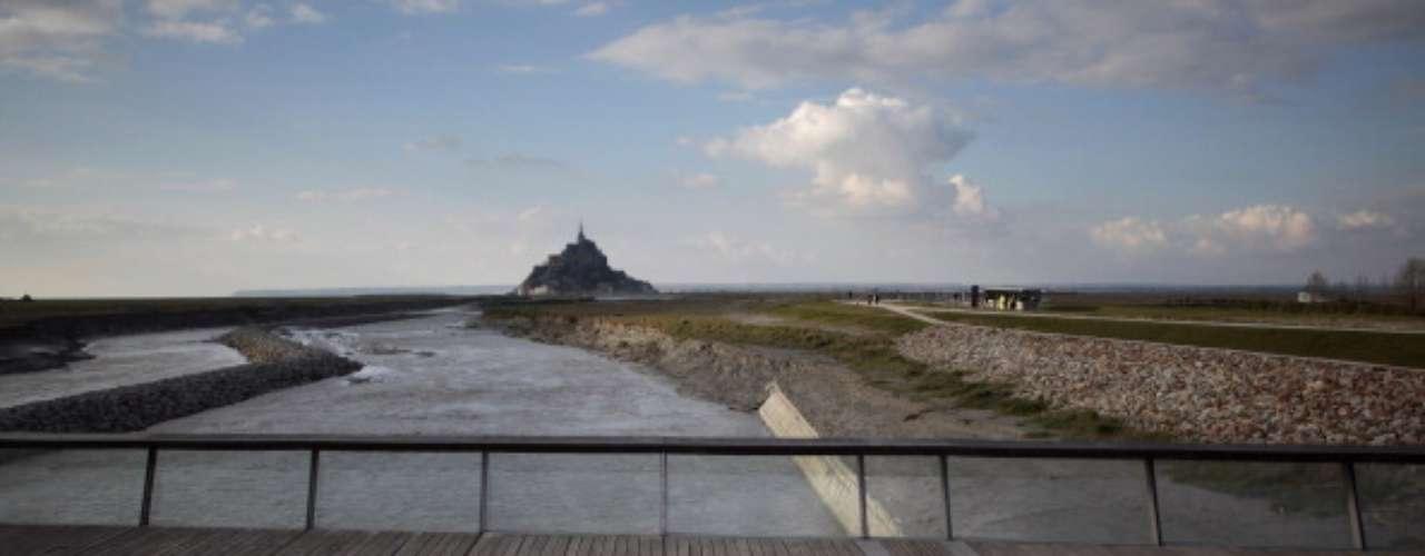 Mont-Saint-Michel, Francia Mont-Saint-Michel es accesible por autobuses de ida y vuelta en el día desde Rennes y Saint-Malo, pero también es posible alojarse en uno de los pequeños hoteles de Mont-Saint-Michel. Para obtener más información, visite el sitio web de turismo Normandía.