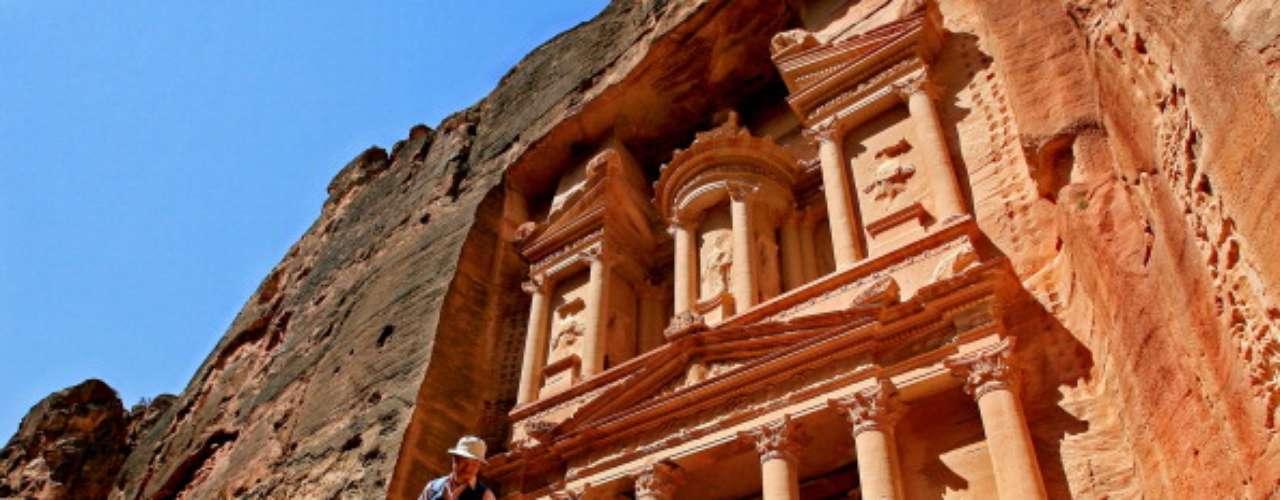 Para estancias más largas, duerma en Wadi Musa, vecina ciudad de Petra. Para obtener más información, visite la página web de turismo de Jordania.