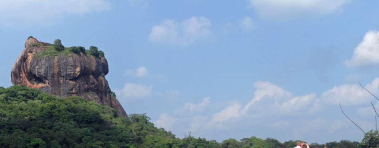 Sigiriya, Sri Lanka Situado en el centro de Sri Lanka, Sigiriya se encuentra a dos o tres horas en autobús de la ciudad de Kandy (pasado por Dambulla, donde no hay que perderse un enorme templo construido en una cueva). También es posible organizar un tour o contratar un conductor personal desde Kandy. Para obtener más información, visite la página web de turismo de Sri Lanka.