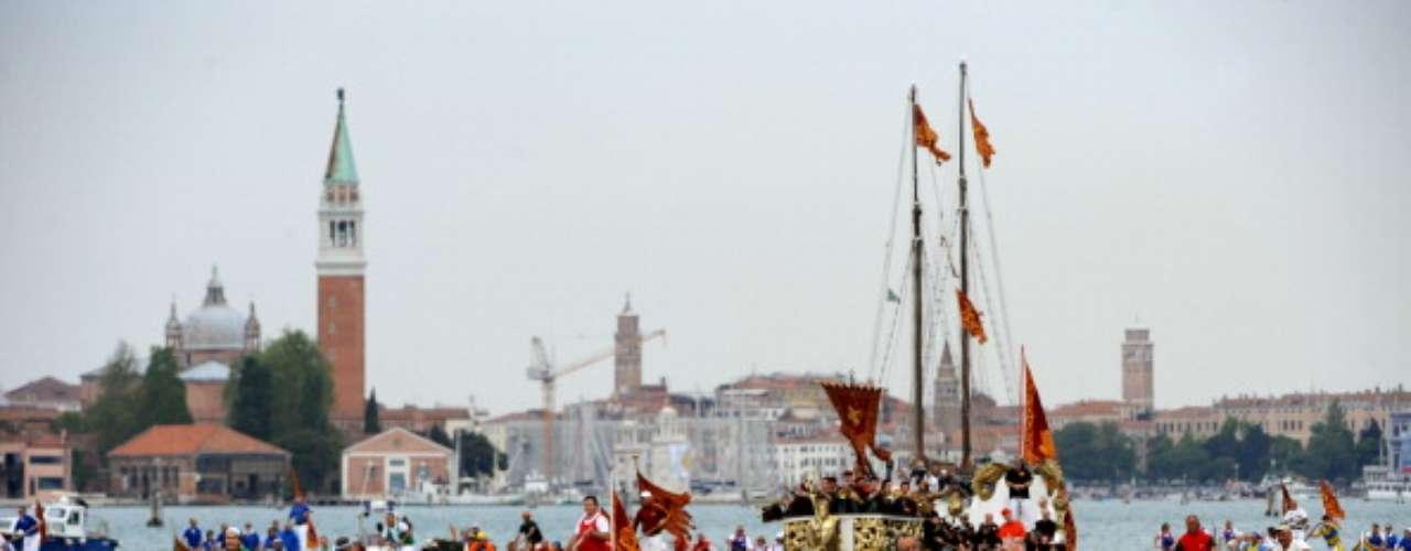 Venecia y su laguna, Italia Venecia es accesible desde los cercanos aeropuertos de Marco Polo y Treviso, mientras que los trenes llegan a la estación de tren de Santa Lucia, en la parte occidental de la ciudad. Para obtener más información, visite la página web de turismo de Italia.