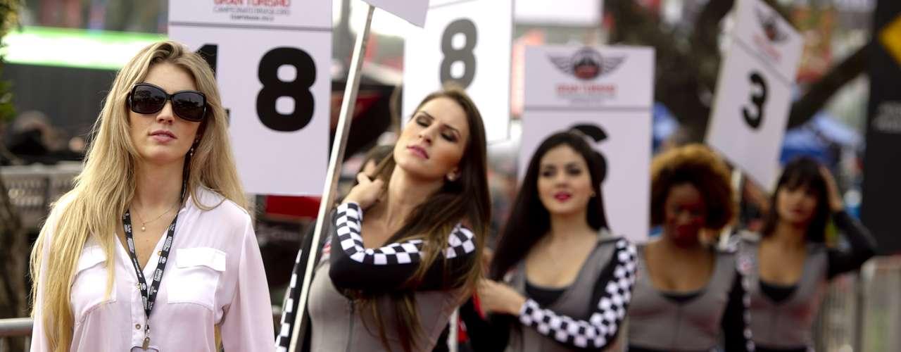 Todos los fines de semana, los amantes del automovilismo se vuelcan a las pistas de todo el mundo, no sólo para mirar las curvas que los pilotos deben sortear, sino también para admirar las curvas de las bellas modelos que engalanan las carreras tanto de autos como de motos. ¡Disfruta del resúmen de lo que va del año!