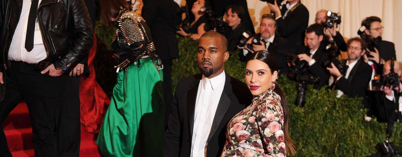 Kim Kardashian a sus seis meses de embarazo no deja de ser el centro de atención por su vestimenta que muchos consideran no va acorde a su estado.