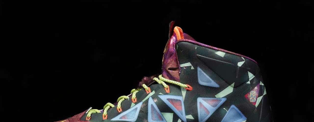 El jugador MVP de esta temporada de la NBA, Lebron James, del Miami Heat, ya estrenó sus nuevos tenis que conmemoran su cuarto trofeo en cinco años como el número uno de la liga. El nombre de los tenis es LeBron X MVP y se venderán en cantidades muy limitadas en América del Norte y China.