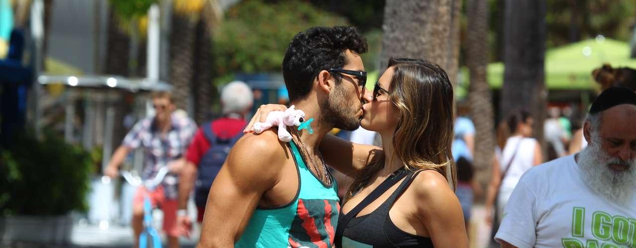 Lola Ponce y Aaron Díaz salieron de compras por Lincoln Road en Miami mientras llevaban de paseo a su hija, Erin. La parejita no podía quitarse los labios de encima y a cada instante andaban beso y beso.¡Get a room!