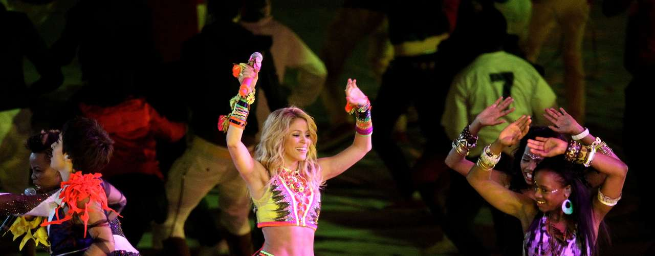 En 2010, Shakira fue elegida para interpretar la canción oficial del Mundial de Futbol. El video de 'Waka Waka (This Time for Africa)'fue interpretado con el grupo sudafricano Freshlyground.