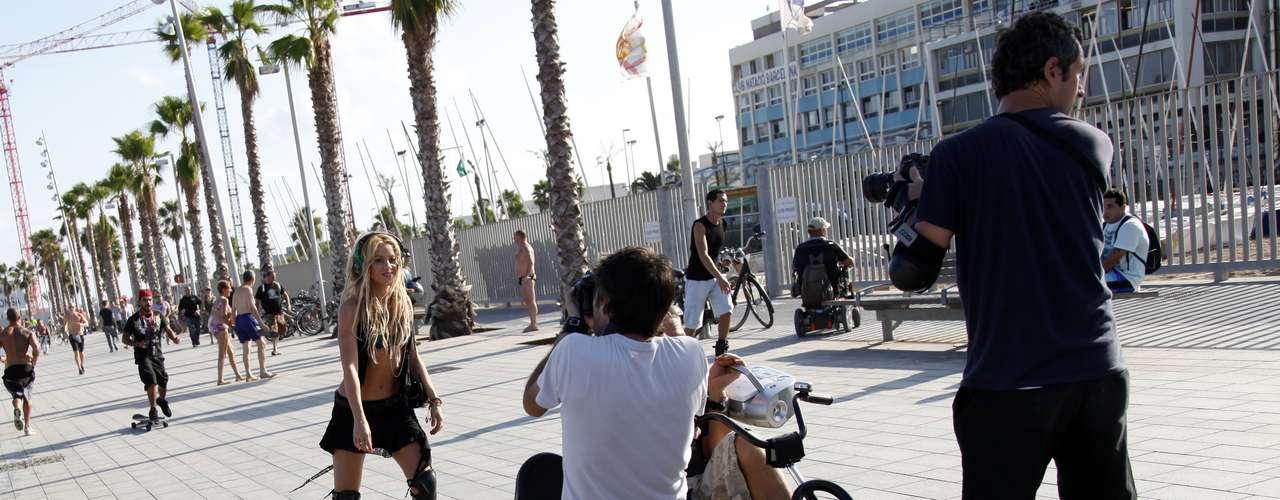En ese año, la colombiana también lanzó su séptimo álbum, 'Sale el Sol'. El hit 'Loca'entró para el rol de los mayores éxitos de Shakira, quien optó por grabar el clip de la canción por las calles de Barcelona.