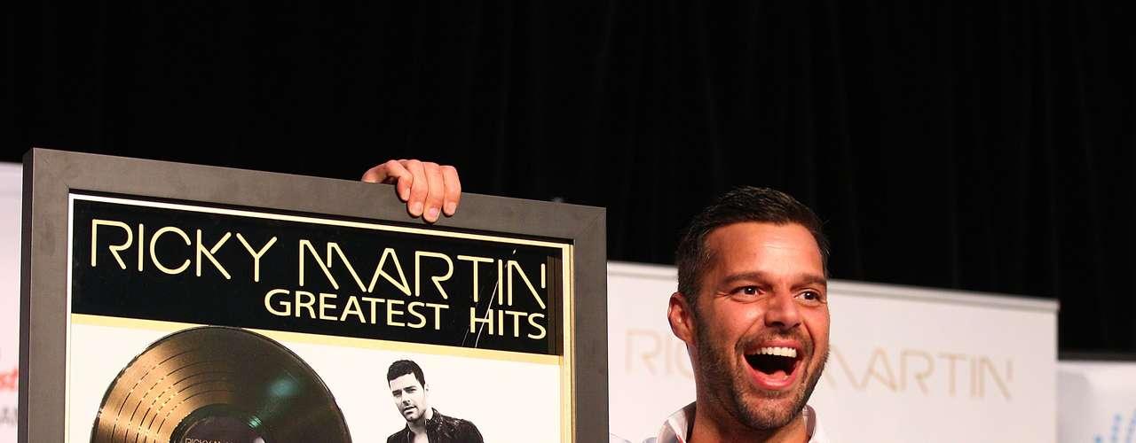 Ricky Martin no podría estar más feliz. El cantante mientras está trabajando como 'coach' en Autralia, recibió un disco de oro por las ventas de su disco de grandes éxitos en donde se mostró muy emocionado en convivencia con sus fans.