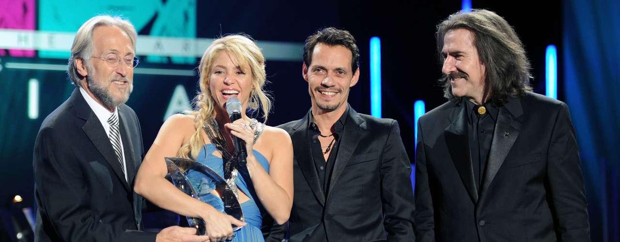 Shakira también ha sido la cantante más joven en ser elegida Persona del Añopor la academia de los Latin Grammy en 2011, a los 34 años de edad.