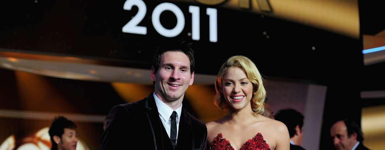 En los canales oficiales de Shakira en YouTube se han registrado más de mil millones de reproducciones. En la imagen, la colombiana posa con el futbolista argentino Lionel Messi, durante la ceremonia del Balón de Oro, en 2012.