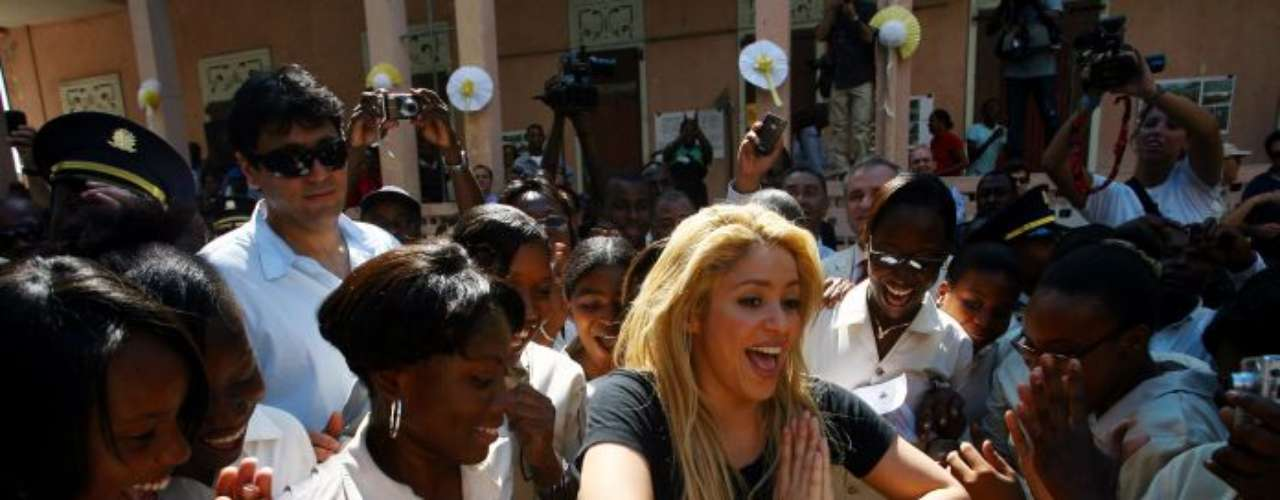 La cantante también es conocida por sus donaciones. En 2010, donó el valor de la campaña navideña de Freixenet, estimada en 500 mil euros, para su fundación y la construcción de dos escuelas en Puerto Príncipe (foto)y Cartagena.