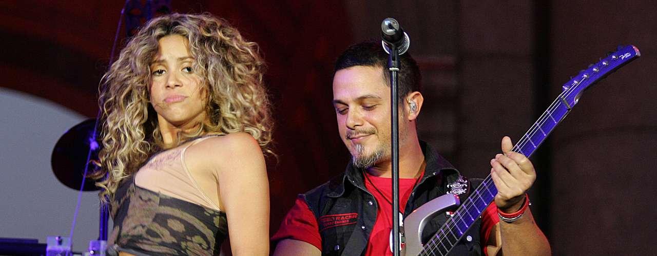 En 2005, Shakira lanzó su cuarto álbum, 'Fijación Oral Vol. 1', llegando al primer lugar de ventas en varios países de Latinoamérica. El primer sencillo del disco, 'La Tortura', contó con la contribución del cantante español Alejandro Sanz.