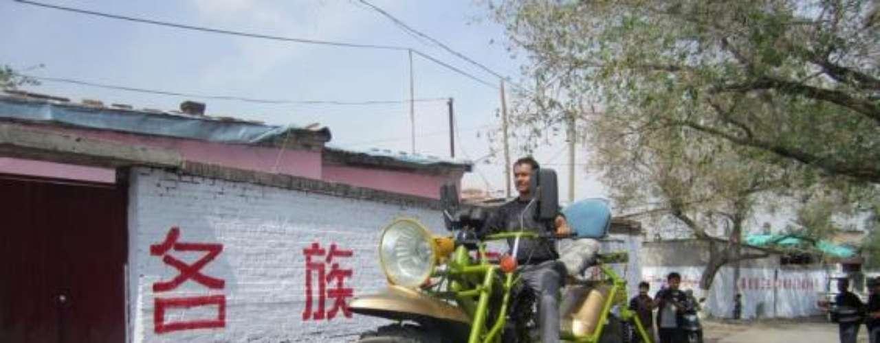 En una región llamada Sinkiang (al noroeste de China), un hombre creó esta gigante motocicleta que mide más de 2 metros de alto y más de 4 de largo. Pese a lo ostentoso, sólo puede correr a uno 40 kilómetros por hora.