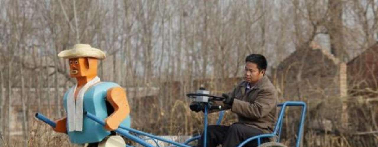 El richshaw es un medio de transporte turístico muy común en Asia. El agricultor Wu Yulu inventó uno para su campo con un robot que simula ser quien carga esta especie de carretilla.