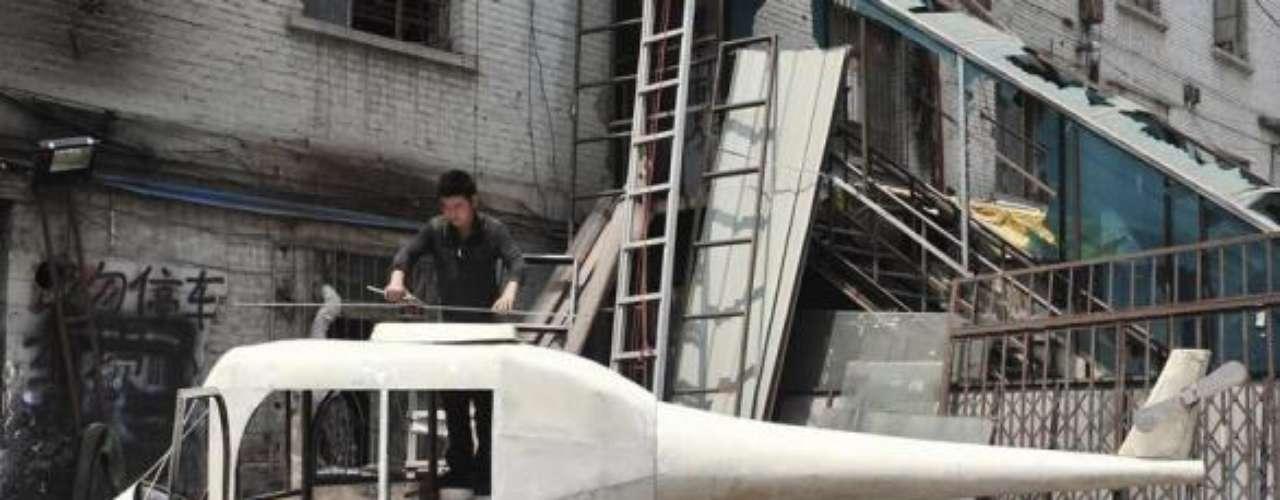 El chino Gao Hanjie y sus amigos llevan más de un mes inventando un helicóptero doméstico. Mide 6 metros de algo y pesa 350 kilos.