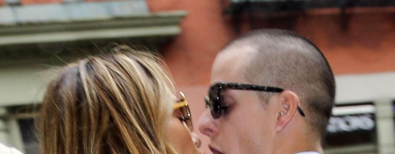 ¡Beso, beso, beso! Bueno, no parece beso por parte de Casper que claramente se nota que se quiere comer a Jennifer Lopez cuando dejaban un restaurante en Nueva York. ¡Tranquilo Casper, nadie te la va a quitar!