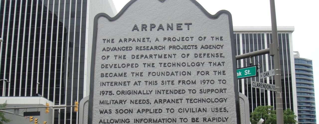 1969. Arpanet, el precursor de Internet. Fue una creación del departamento de defensa de EEUU, posibilita una breve conexión entre la Universidad de California y el Instituto de Investigación de Stanford.