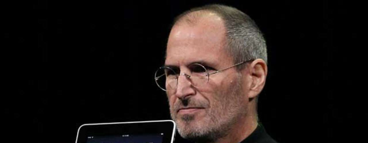 2010. Steve Jobs presenta el primer modelo de iPad. Internet se vuelve cada vez más móvil y la navegación en tabletas y 'smartphones' aumenta rápidamente.Otros lanzamientos importantes del año: Instagram y Pinterest.
