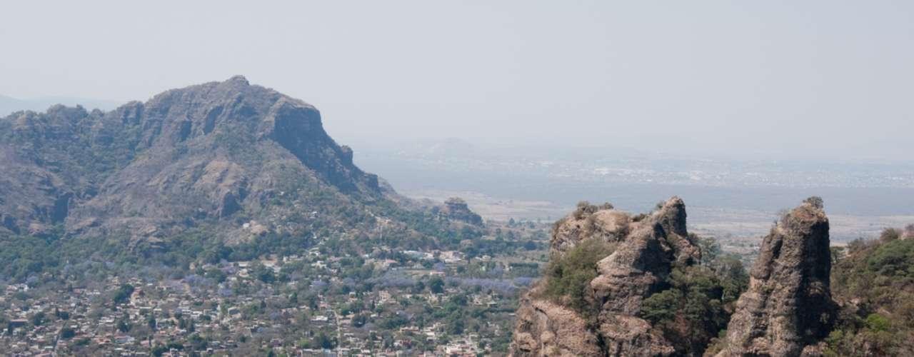 vistas aéreas de Valle de Bravo, las montañas y el lago