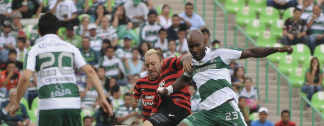 Una dura pelea de fuerza entre Felipe Baloy y Vicente Matías Vuoso.