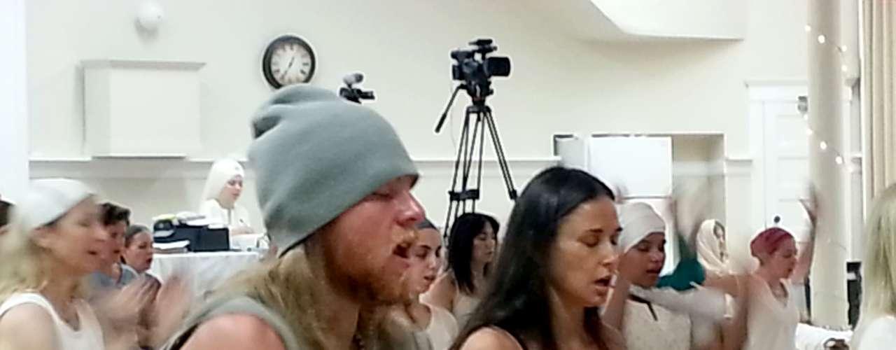 ¡Ooooommmm! Demi Moore y su supuesto nuevo novioWill Hannigan están muy concentrados en su clase de Yoga para poder ser certificados como maestros deKundalini. La parejita estaba muy concentrada en su reunión que ni se dieron cuenta de que estaban siendo fotografiados. Seguramente su estado de paz no les permitía molestarse con las indiscretas fotos.