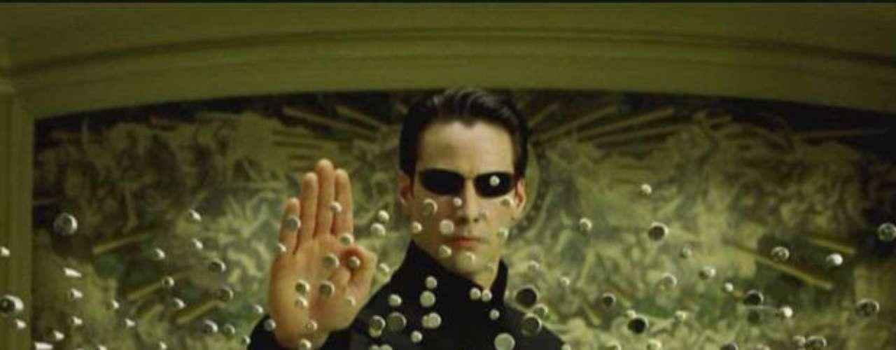 Keanu Reeves. La saga de Matrix no solo recaudó una exorbitante cifra de dinero en la taquilla. La segunda y tercera parte (2003) le dieron a su protagonista, Keanu Reeves, la suma de 30 millones de dólares, solo en salario. Sin embargo, se sabe que por regalías de la marca, Reeves habría recibido la suma total de 156 millones de dólares.