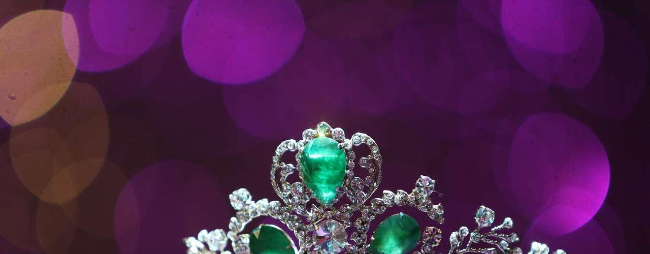 Esta espléndida corona, es el preciado galardón que las cinco jóvenes aspirantes desean obtener, para convertirse en la mujer Latina más bella del año.