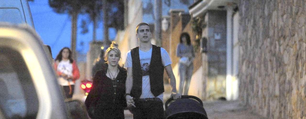 ¡Party Family! Shakira, Piqué y el pequeño Milán acudieron a la fiesta de cumpleaños deCesc Fábregas en Barcelona. La colombiana y el futbolista llegaron con todas las ganas de pasársela bien en compañía de su hijo de tan sólo tres meses