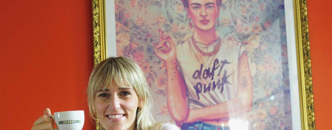 Atrás, un cuadro alegoría de Frida Kahlo; en la mano, una taza signada por la obra de Matilde Pérez, la más importante exponente del arte cinético en Chile