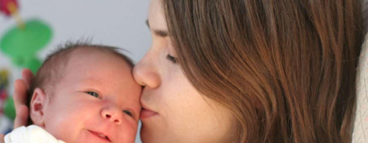 """UNICEFtambién recomienda jamás realizar el """"colecho"""" en un sofá o colchón de agua, ni tampoco alimentar o tranquilizar al bebé en un sillón donde el adulto pueda quedarse dormido con el pequeño en sus brazos."""