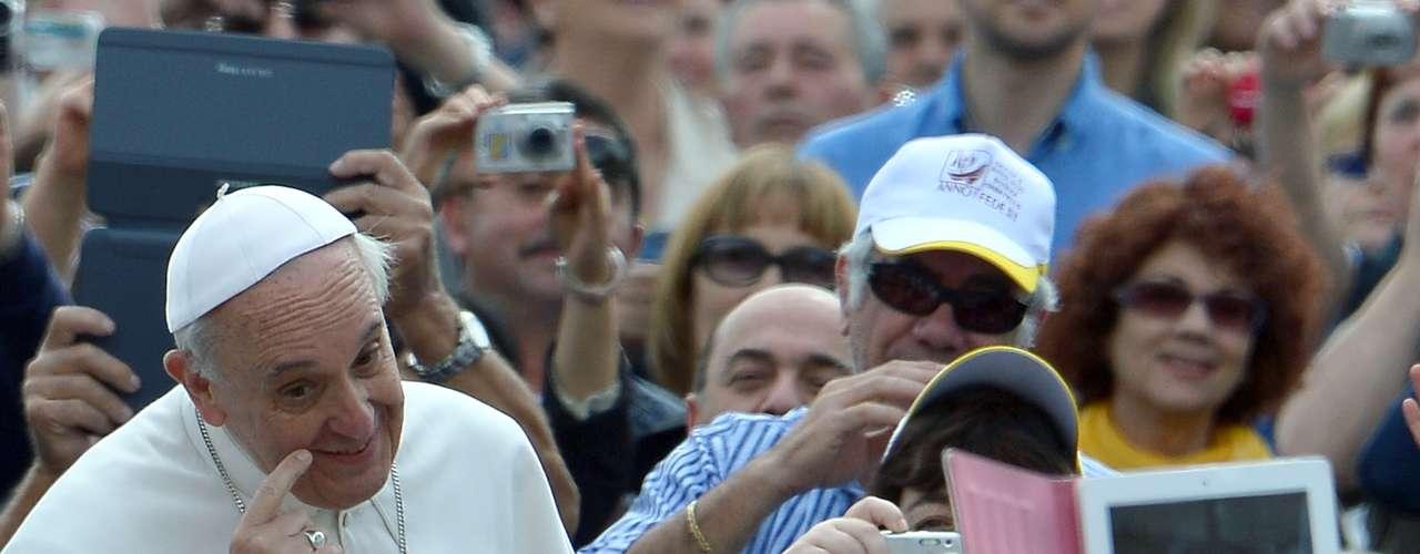 El Papa argentino genera una atracción especial con los fieles. Pero hoy se supo que no sólo tiene fieles humanos. En la tradicional audiencia pública de los miércoles, tras besar decenas de niños, desde el público le acercaron una jaula con dos palomas blancas para que eche a volar al aire. El problema es que una de las aves se quedó en la mano de Francisco, generando la risa de los que lo rodeaban y del mismo Papa, que tras varios movimientos logró que la paloma se despegue de su lado. ¡El Sumo pontífice latino es furor hasta entre los animales!