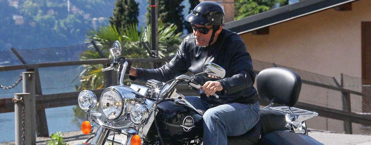 George Clooney vive tranquilo y feliz en su casa en Italia. Mientras el actor anda en europa, se da el lujo de pasear en su motocicleta.