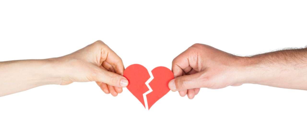 10. El amor acaba. Si termina la relación a pesar de que siempre te mostraste segura, decidida y respetuosa, entonces quizá el amor simplemente dejó de existir. También es un error ser tal y como tu pareja quiere que seas. Conserva lo mejor de esa persona y sigue adelante.