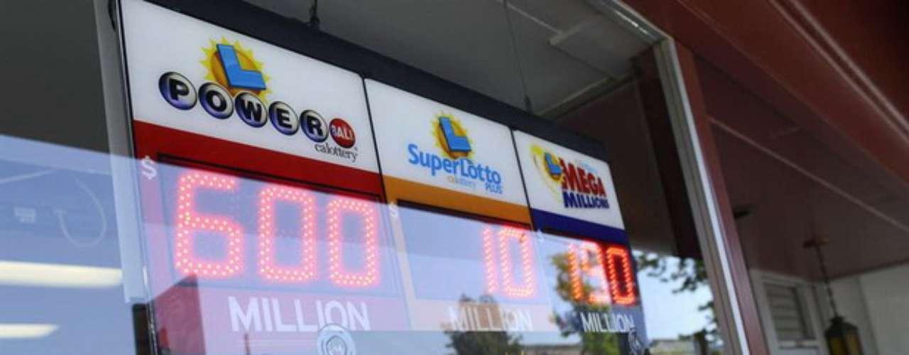 La fiebre de los juegos de azar se apoderóde Estados Unidos, donde el premio mayor de la lotería Powerball, que se sorteó ayersábado, alcanzó un récord de 600 millones de dólares gracias a un frenesí de compra de billetes de costa a costa del país.