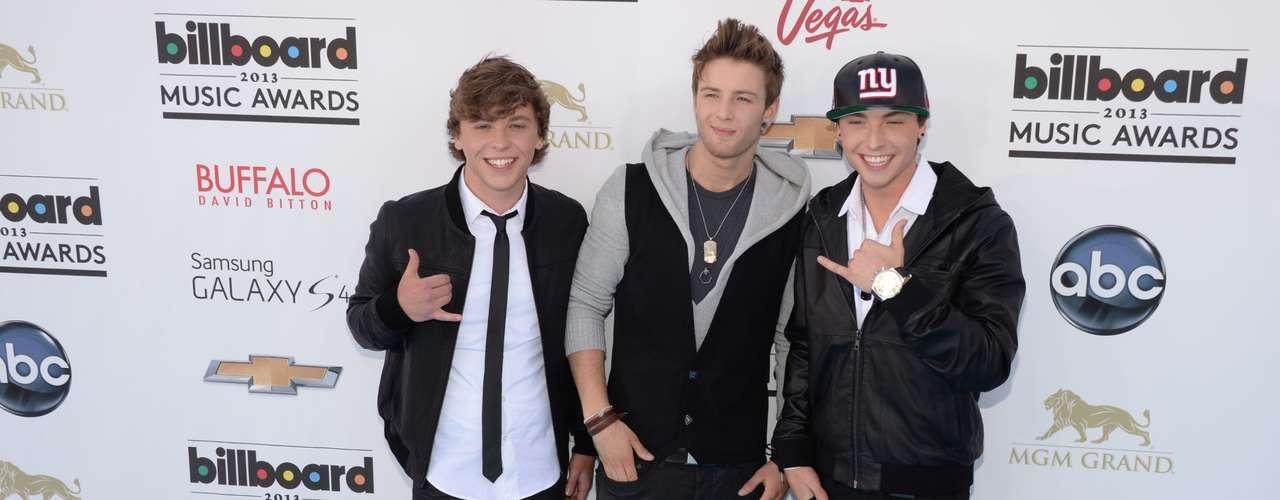 Los debutantes cantantes de 'Emblem3', que se dieran a conocer en la segunda temporada de 'The X Factor' están muy felices en su primera premiación puesto que ahora serán más famosos ya que abrirán los conciertos de Selena Gomez