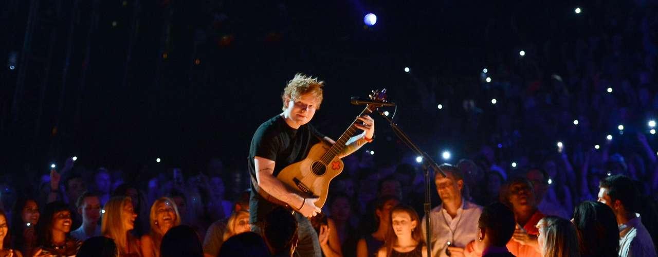 """Ed Sheeran sacó su guitarra para cantar """"Lego House""""."""