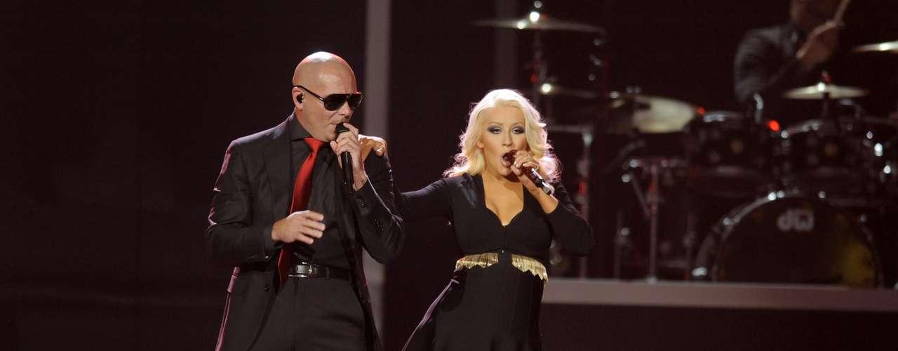 Aguilera brincó, caminó y se contoneó por el escenario al ritmo y movimientos de Mr. Worldwide cantando sólo como ella sabe hacerlo.