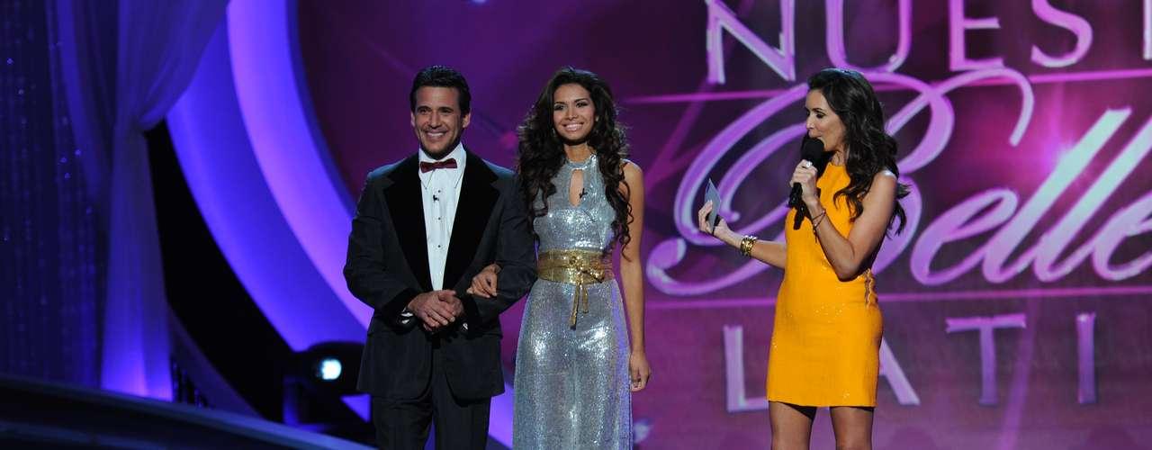La salvadoreña, ganadora del certamen, Marisela Demontecristo, llegó tomada del brazo de Jorge Aravena.