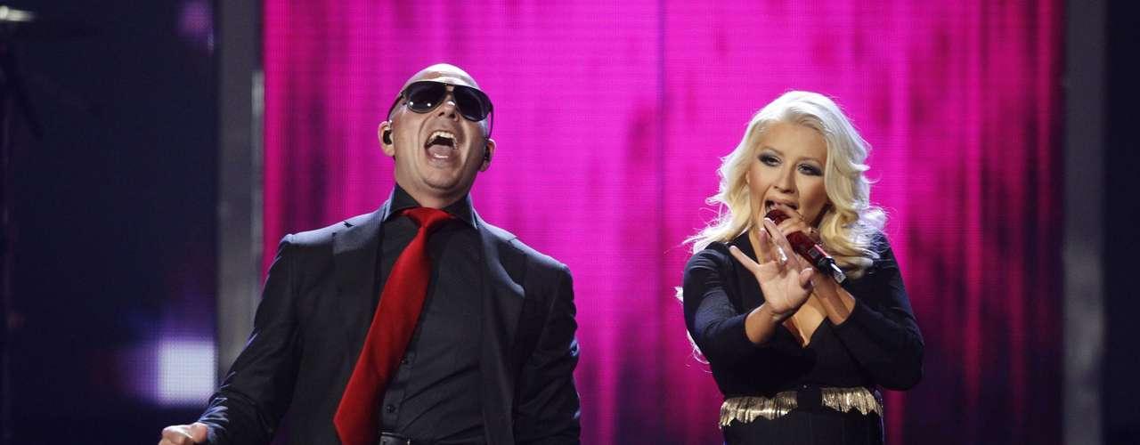 La cantante se presentó como invitada especial dePitbullpara cantar 'Feel this moment'.