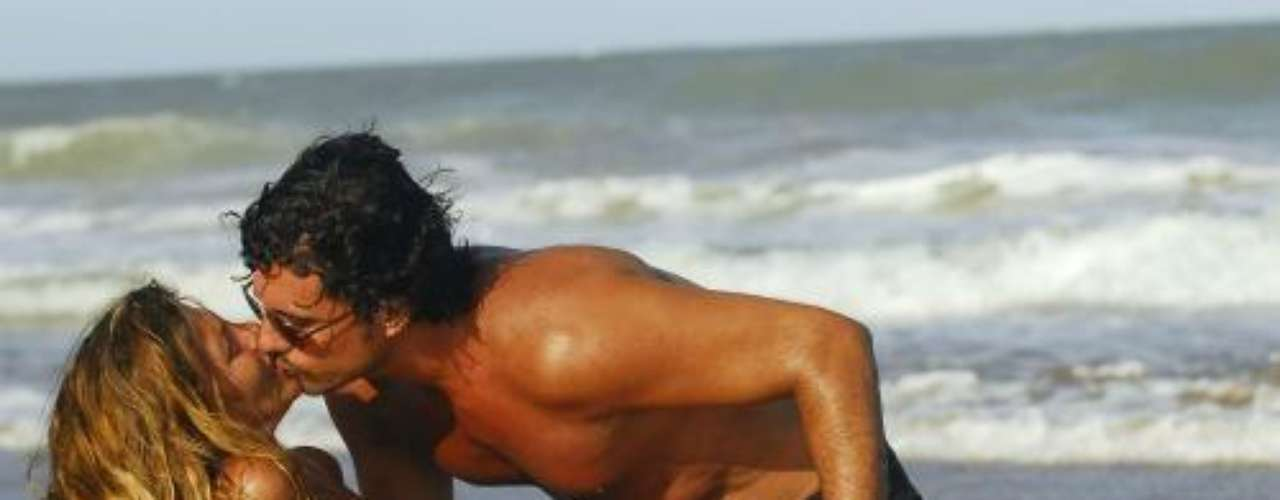 Diego Olivera no aguanta las ganas de besar, como en sus mejores telenovelas, a su esposa la actriz Mónica Ayos mientras disfrutan de un día en la playa de Mar del Plata durante unas vacaciones en 2009. Aunque no es una escena de telenovela, este amor parece que lo fuera y por lo candente del beso decidimos incluirlo en esta selección.Síguenos en Facebook - Twitter