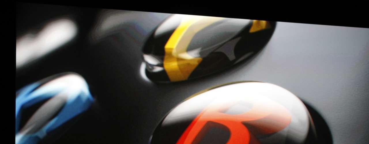 El control es similar al de Xbox 360, aunque tiene un diseño más ergonómico; cambio en los botones traseros (L y R). El botón Guía fue colocado en la parte superior, además las baterías están integradas dentro del mismo control.