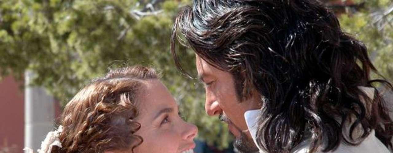 Este beso entre María Hipólita y Luis Manrique en la novela 'Alborada' pasará a la historia por ser uno de los más tiernos que hayamos visto.  No hay duda que esta pareja protagónica es ganadora y cuantas veces repitan en los estelares, van a enamorar a los televidentes.Síguenos en Facebook - Twitter