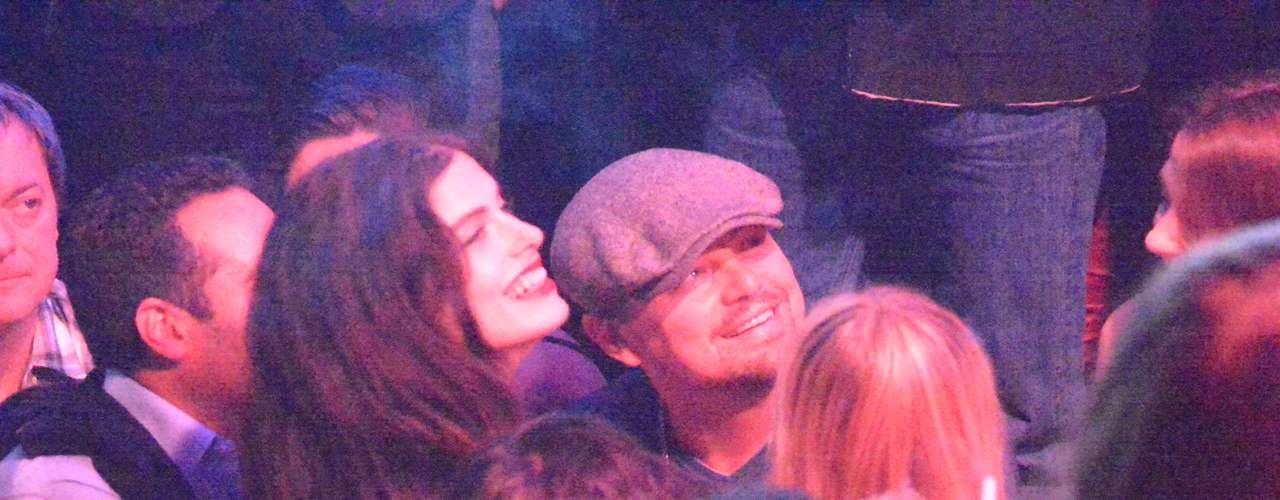 ¡Party! Leonardo DiCaprio se divierte en los bares de Cannes acompañado de bellas mujeres
