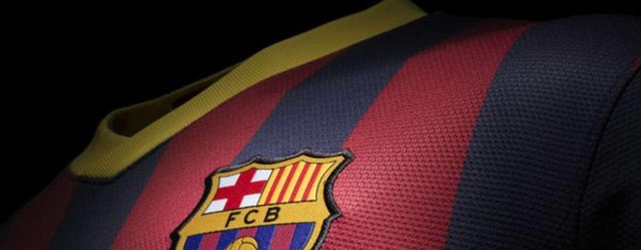 Tanto los jerseys de visita como el de local tendrán el escudo de Barcelona tradicionales sobre el corazón.
