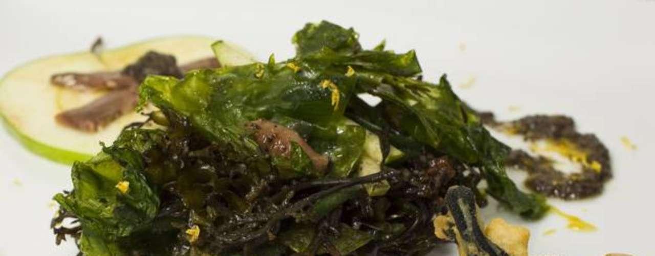 Ensalada de algas al aceite de olivas negras y en tempura. Elaborado por José Luis.