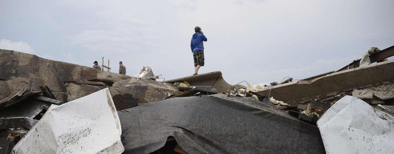 Los equipos de socorro buscaban este martes sobrevivientes al devastador tornado de este lunesen Moore, Oklahoma.