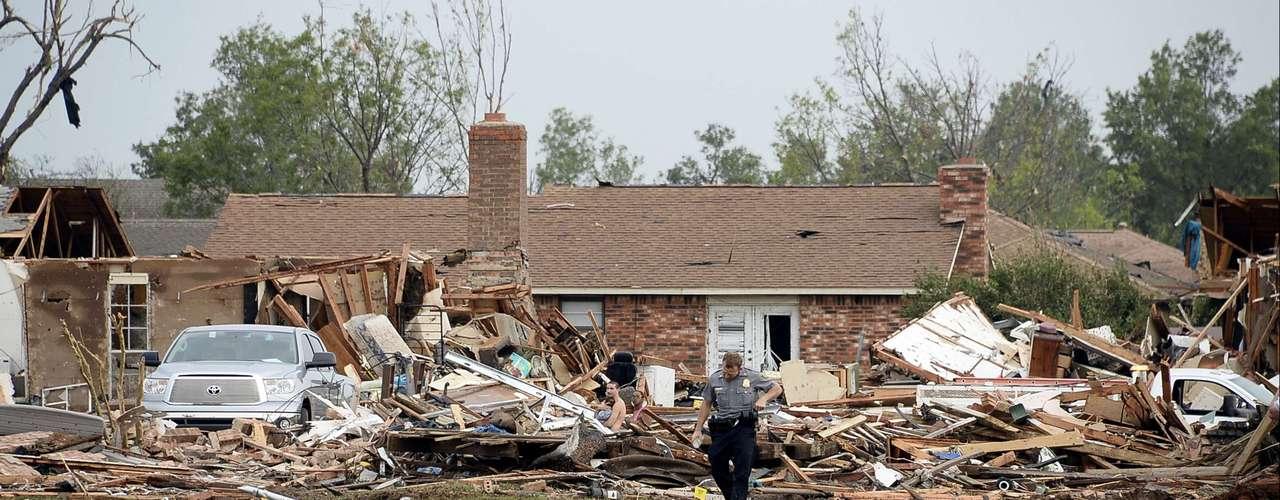 Los socorristas peinaban los escombros mientras los residentes más veteranos de Moore, de 55.000 habitantes, no lograban recordar un tornado que haya causado tanta devastación.