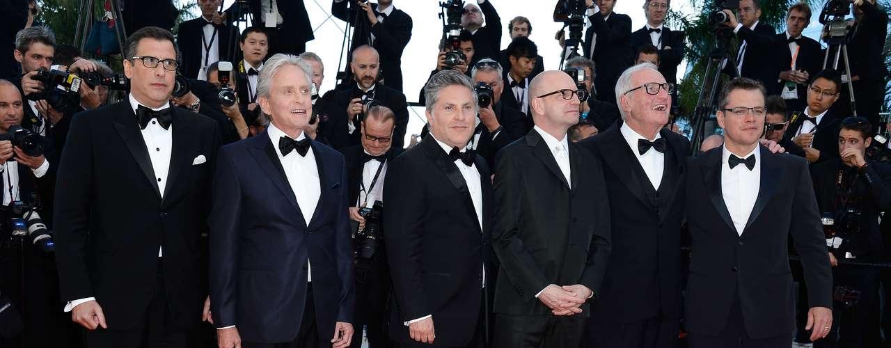 'Behind the Candelabra', una película de Steven Soderbergh, fue exhibida en el Festival de Cine de Cannes, con varios famosos por la alfombra roja. En la foto, el guionista Richard LaGravenese y Michael Douglas.
