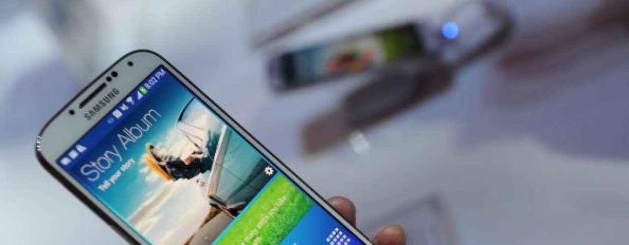 2.Samsung Galaxy S4: Pantalla de 5 pulgadas (1920 x 1080 píxeles). Procesador quad-core a 1,6 GHz. Memoria RAM de 2 GB / 16,32 o 32 0 64 GB de almacenamiento. 7,9 mm de grosor y pesa 130 gramos. Cámara de 13 megapíxeles.